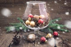Pigne, dadi e giocattoli di Natale nel vetro Immagini Stock Libere da Diritti