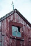Pignon d'une grange rouge Photos libres de droits