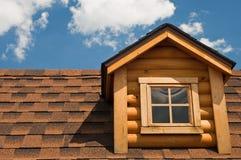 Pignon et toit de cabine de logarithme naturel Image stock