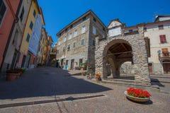 Pignone, pittoresk och forntida by med färgrika hus i inland av La Spezia, nära till de berömda 5na Terre, Italien Arkivfoton