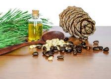 Pignons et huile de cèdre Image stock