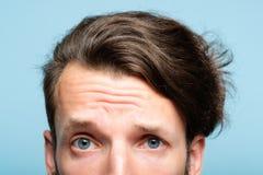 Pigolio scettico di sguardo dell'uomo dubbio sospettoso fuori fotografie stock