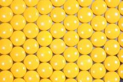 Pigułki żółty tło Zdjęcie Stock