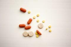Pigułki i medyczne pigułki od apteki Obrazy Stock