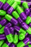 Pigułki lekarstwa kapsuły zieleń i purpury Obraz Stock
