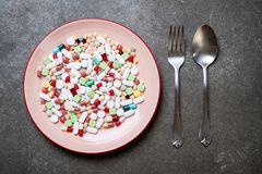 pigułki, leki, apteka, medycyna lub medyczny na talerzu, zdjęcie stock