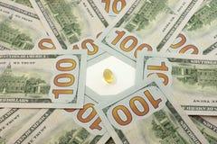 pigułki, pieniądze, dolary, narkotyzują Zdjęcia Royalty Free