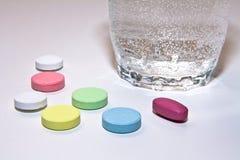 pigułki szklana woda obrazy stock