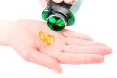 Medyczne pigułki w ręce nalewali od butelki Zdjęcie Royalty Free