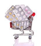 Pigułki w wózek na zakupy odizolowywającym na bielu Obraz Stock