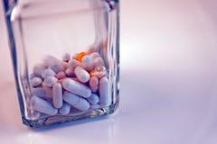 Pigułki dla zdrowie w szkle Zdjęcie Royalty Free
