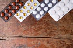 Pigułki na drewnianym tle Odgórny widok Fotografia Stock