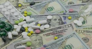 Pigu?ki spada na dolarowych banknotach, drogi lekarstwo, farmaceutyczny biznes zbiory wideo