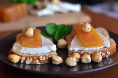Pigwa I Świeży Biały ser Na Chlebowej grzance zdjęcia royalty free