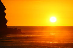 海滩华美的piha日落 库存照片