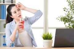 Pijący arbuza soku pomoc zmniejsza ciało temperaturę dla bett, fotografia stock