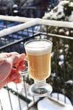 Pijący gorącego napój outside w zimnej zimie Obrazy Royalty Free