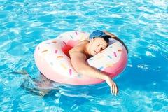 Pijący Rosyjski turysta na nadmuchiwanym pączka dopłynięciu w basenie obrazy royalty free