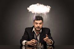 Pijący rozczarowany mężczyzna z ciężcy chwile, chmurzy pojęcie zdjęcie royalty free