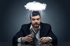 Pijący rozczarowany mężczyzna z ciężcy chwile, chmurzy pojęcie fotografia royalty free
