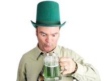 Pijący Z Zielonym piwem na St Patricks dniu obraz stock