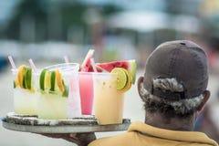 Pij?cy caipirinha, caipifruta i othe tropikalni koktajle na Copacabana pla?y w Rio De Janeiro Brasil sprzedawcach na Ipanema wyrz zdjęcie royalty free