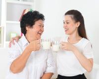 Pijący mleko w domu Obrazy Royalty Free
