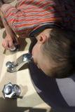 pij wodę chłopak kran trochę Fotografia Royalty Free