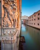 Pijaństwo Noah rzeźba i most westchnienia przy wschodem słońca, Ve zdjęcia stock