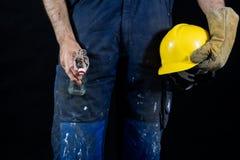 Pijaństwo przy pracą Ochronni akcesoria i pusta butelka obrazy royalty free