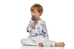 pijama的白肤金发的男婴与candys 免版税库存图片