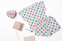 Pijama do ` das meninas com cópia dos diamantes Grupo da camisa e do short brancos no fundo branco composição do presente Dia do  Imagem de Stock Royalty Free