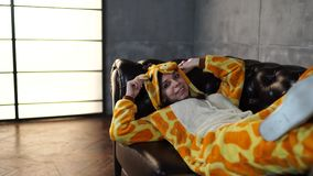 Pijamas bajo la forma de canguro almacen de metraje de vídeo