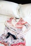 Pijamas en la cama Foto de archivo