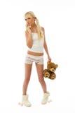 Pijamas que desgastan de la muchacha rubia joven linda que llevan a cabo un t Fotografía de archivo