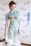 Pijamas que llevan de la muchacha con el peluche-oso Fotografía de archivo libre de regalías