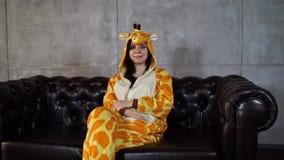 Pijamas sob a forma de um canguru video estoque