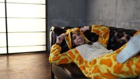 Pijamas sob a forma de um canguru vídeos de arquivo
