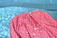 Pijamas vermelhos da mulher em folhas azuis Imagens de Stock Royalty Free