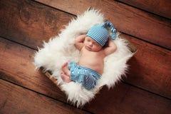 Pijamas vestindo do bebê recém-nascido do sono imagens de stock