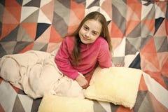 Pijamas y materia textil del dormitorio Pijamas y ropa para el hogar El ni?o de la muchacha lleva los pijamas lindos suaves mient fotografía de archivo libre de regalías