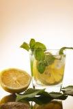 Pije bezalkoholowego od cytryny z nowymi liśćmi z lodem Obraz Royalty Free