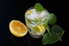 Pije bezalkoholowego od cytryny z nowymi liśćmi z lodem Zdjęcie Stock