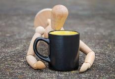 Pije kawę Zdjęcie Royalty Free