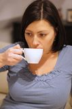 Pije kobieta Zdjęcie Royalty Free