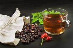 Pije od bioder w szklanej filiżance na drewnianym tle Tradycyjny traktowanie zimna i grypa fotografia royalty free