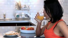 pije soku pomarańcze kobiety zdjęcie wideo