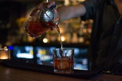 Pije w restaurante, prętowym czyści i harmonia Zdjęcie Royalty Free
