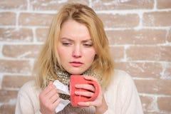 Pije więcej ciecz dostaje pozbywający się zimno Pijący obfitość fluid znacząco dla zapewniać pośpiesznego wyzdrowienie od zimna D fotografia stock