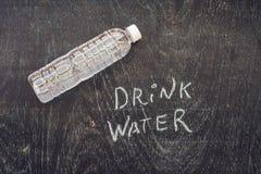 Pije więcej wodę handwriting dalej Na kredowej desce - uwadniania przypomnienie - zdjęcie stock